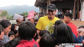 ▲林子偉在部落小學受到熱烈觀迎。(圖/記者蕭保祥攝影)