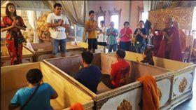▲泰國寺廟舉行「躺棺儀式」迎新年(圖/翻攝自泰國網臉書)