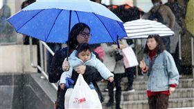 鋒面接近  大雨特報(2)中央氣象局8日預報,入冬首波寒流今天下午逐漸南下,氣溫由北往南開始下降,愈晚愈冷,民眾外出注意保暖。中央社記者鄭傑文攝 107年1月8日