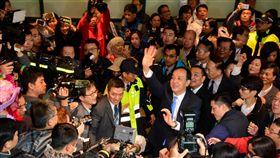 員工熱情歡送朱立倫 卸任新北市長的朱立倫(藍色領帶者),正式開始邁向角逐總統選舉黨內提名之路,25日充分感受到歡送過程中市府員工們的熱情,也感謝大家一路支持。中央社記者黃旭昇新北市攝 107年12月25日