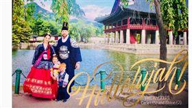 ▲美國投手Eric Hacker全家穿韓服像韓國球迷說耶誕快樂。(圖/截自IG)