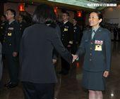 總統蔡英文向晉任將官握手致意。(記者邱榮吉/攝影)