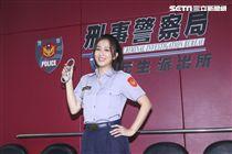 三立新八點華劇「必勝大丈夫」劇中警局片場採訪,飾演黃天嵐的周曉涵在劇中擔任黃家大女兒、工作擺第一的正義女警。(記者林士傑/攝影)