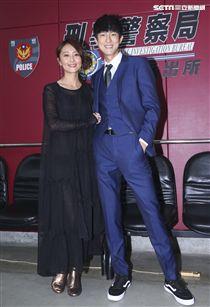 三立新八點華劇「必勝大丈夫」劇中警局片場採訪,林昀希與邱昊奇。(記者林士傑/攝影)