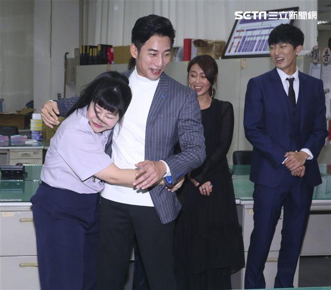 三立新八點華劇「必勝大丈夫」劇中警局片場採訪,示範女警壓制嫌犯的奇招。(記者林士傑/攝影)