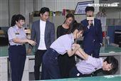 三立新八點華劇「必勝大丈夫」劇中警局片場採訪,周曉涵示範如何壓制嫌犯。(記者林士傑/攝影)