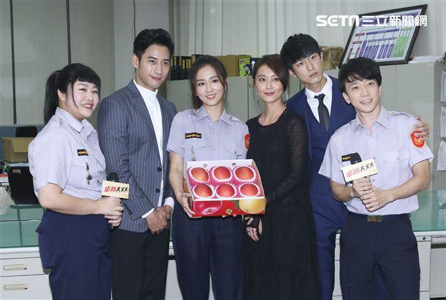 三立新八點華劇「必勝大丈夫」劇中警局片場採訪,演員送上水果給警員表示敬佩。(記者林士傑/攝影)
