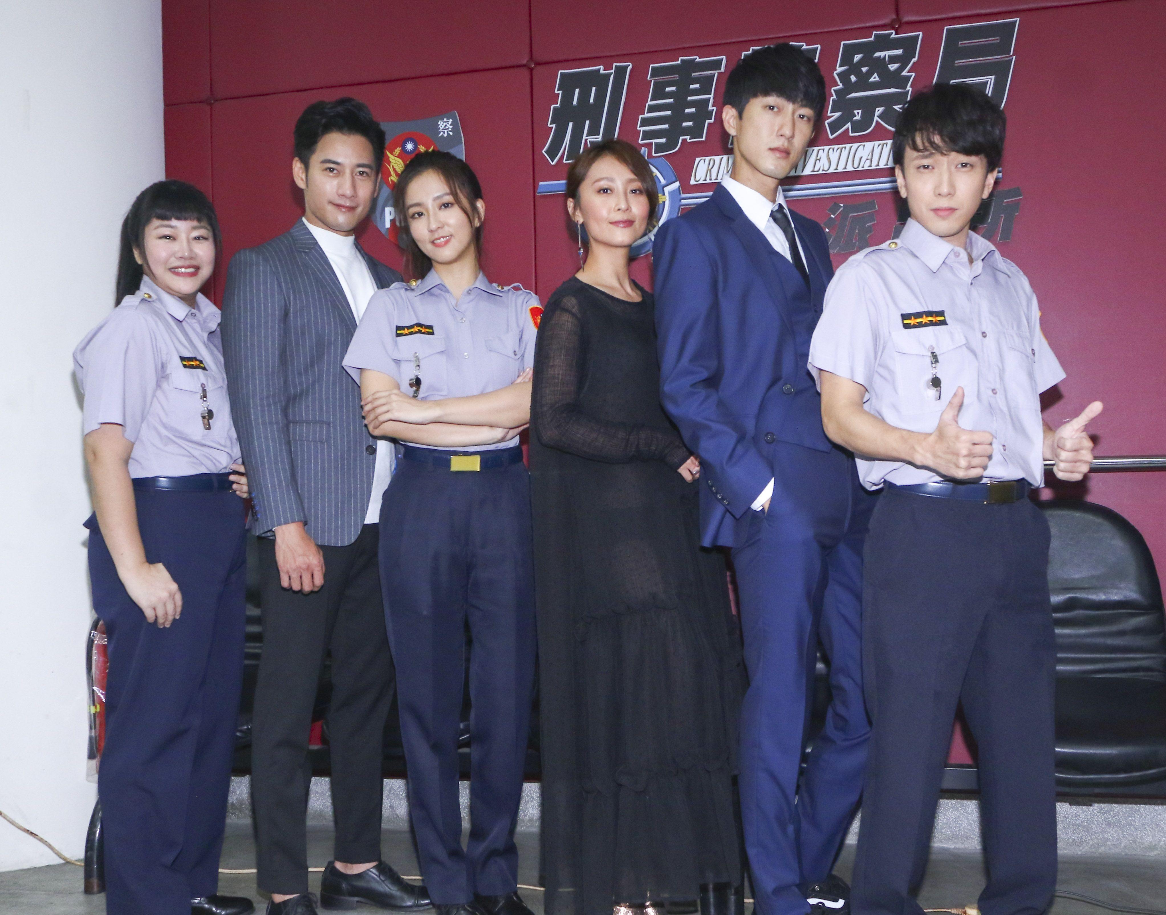 三立新八點華劇「必勝大丈夫」劇中警局片場採訪,全體演員合照。(記者林士傑/攝影)