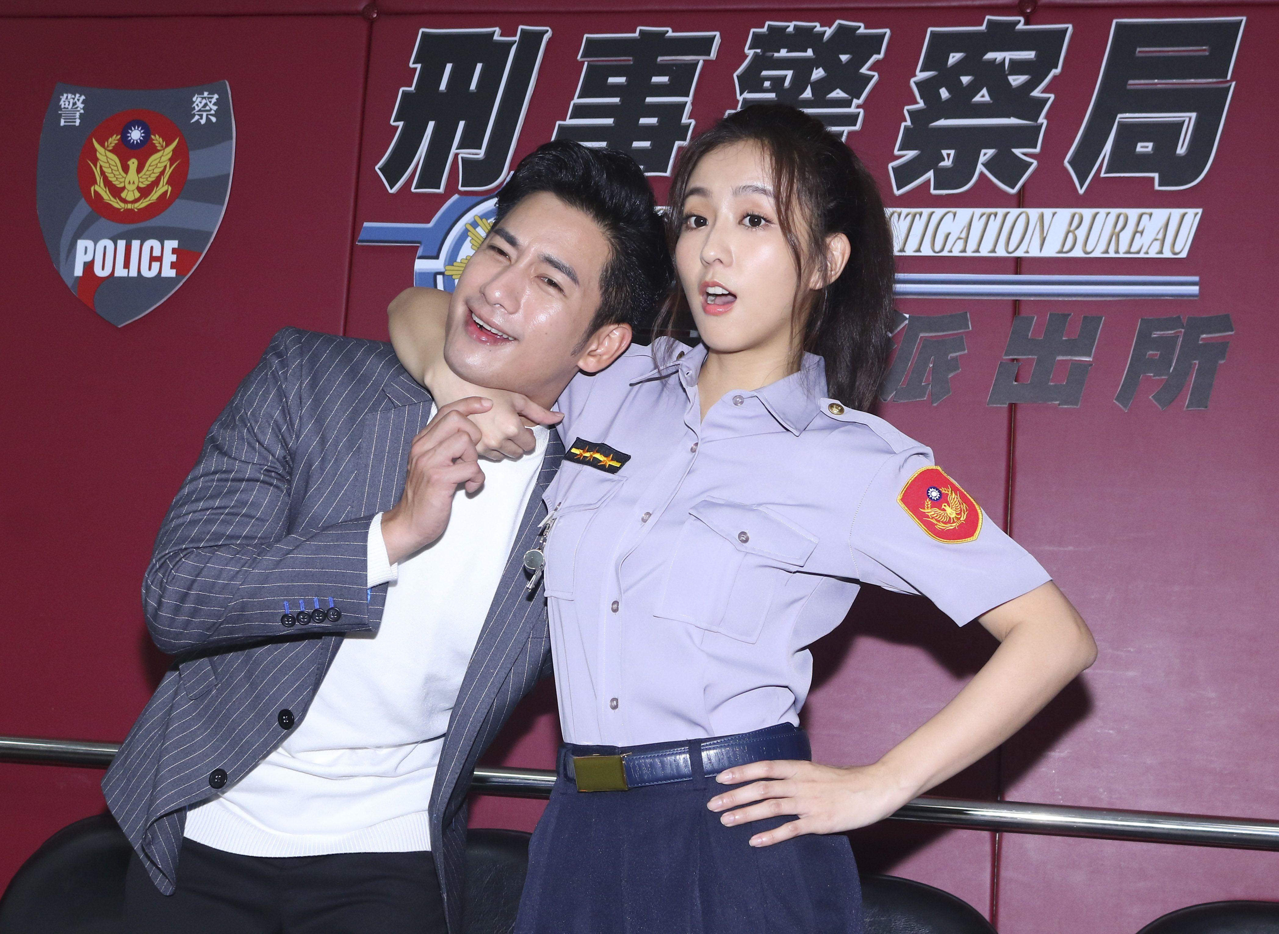 三立新八點華劇「必勝大丈夫」劇中警局片場採訪,周孝安與周曉涵。(記者林士傑/攝影)