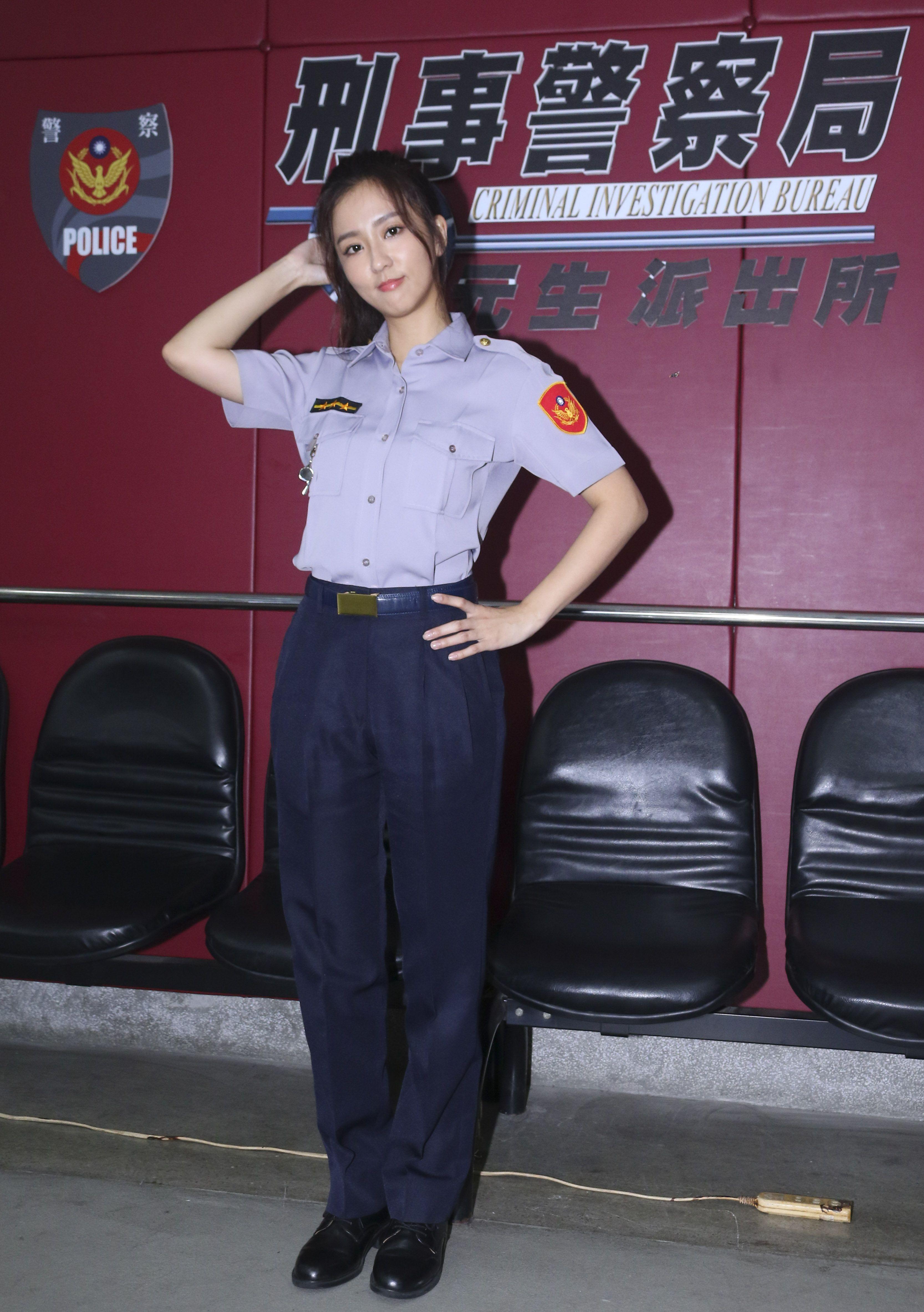 三立新八點華劇「必勝大丈夫」劇中警局片場採訪,飾演黃天嵐的周曉涵。(記者林士傑/攝影)
