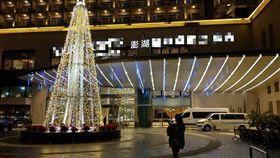 昨(25)日是聖誕節,不少人都會應景與聖誕樹拍照,但有一名女網友抱怨,她請老公替她拍照時,想要自然一點的全景照片,沒想到看到成品後,只有滿滿的無奈。其他網友看到後,紛紛笑虧「根本變路人!」(圖/翻攝自●【爆怨公社】●)