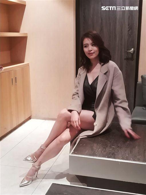 劉品言辣露酥胸飾演酒店妹。(圖/福斯提供)
