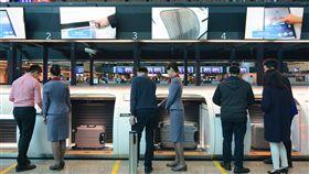 桃機再增行李託運自助櫃檯專區桃園國際機場公司20日表示,為持續邁向標竿機場智慧化、自動化目標,優化旅客報到速率並強化服務品質,桃機第二航廈3樓出境大廳南側第16、17號的自助行李託運櫃檯專區正式上線,歡迎旅客多加利用。中央社記者邱俊欽桃園機場攝 107年12月20日