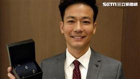 時尚的主播劉傑中送三立網友時尚領帶當新年禮。(圖/艾迪昇提供)