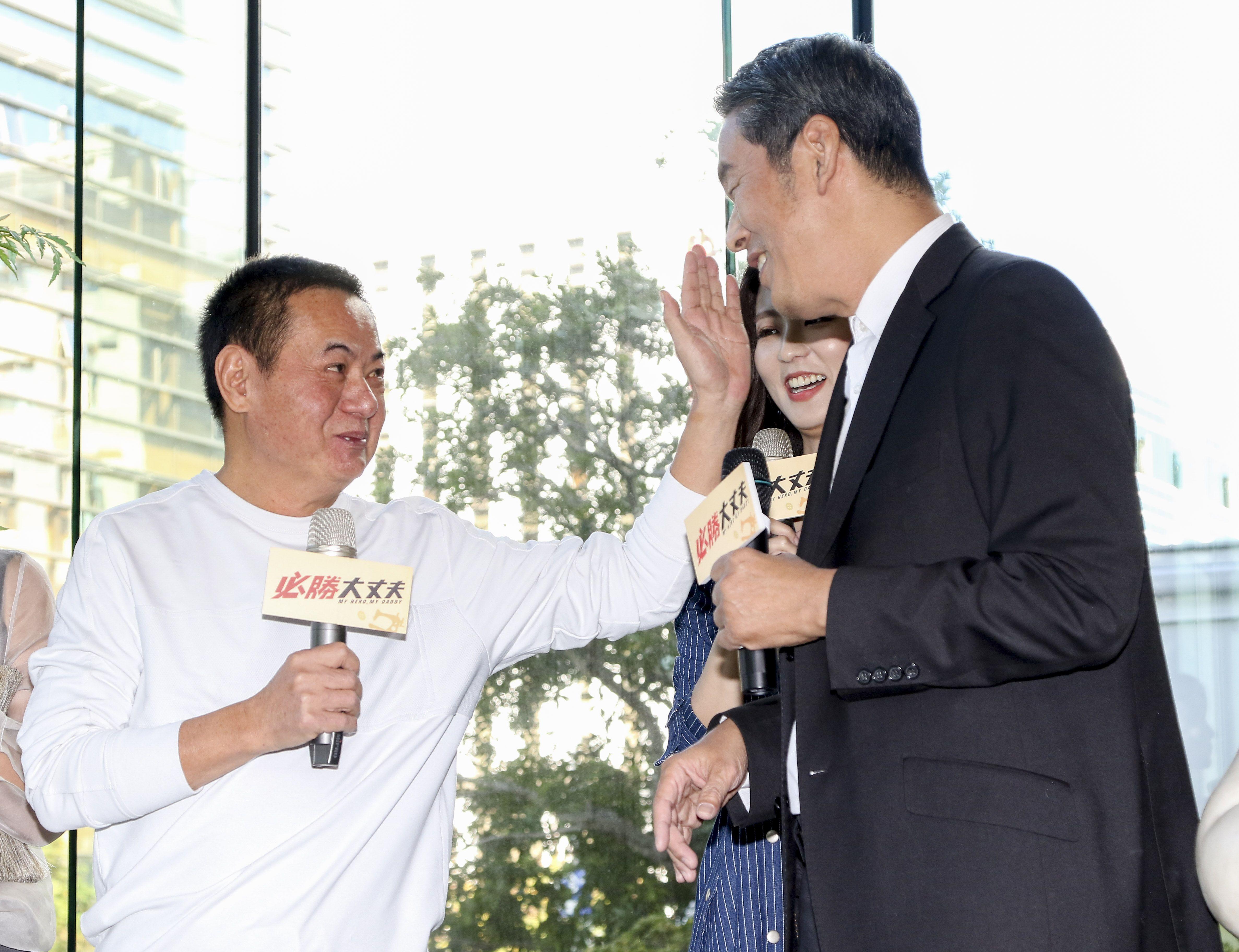 三立新八點華劇「必勝大丈夫」前世情人真心話記者會,蔡振南與周曉涵父親見面。(記者林士傑/攝影)