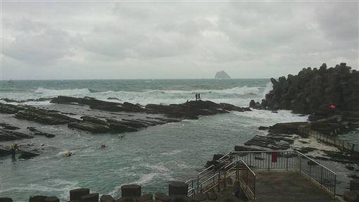 外木山晨泳遭浪捲走 搜救人員橡皮艇救援 圖/翻攝畫面