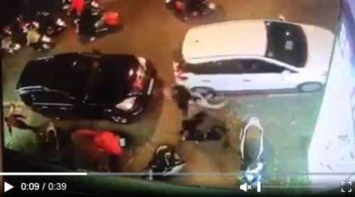 越南,車禍,撞飛,車底(圖/翻攝自dantri網站)