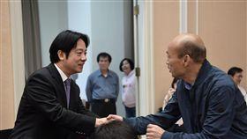 新科六都市長27日首次列席行政院會,圖為行政院長賴清德與高雄市長韓國瑜握手。(圖/行政院提供)