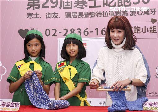 陸元琪參加人安基金會寒士送暖活動親自織上圍巾送給寒士取暖。(記者林士傑/攝影)