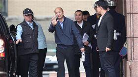 六都首長列席行政院院會(2)新任六都市長27日列席行政院院會,高雄市長韓國瑜(左2)會後向媒體打招呼。中央社記者吳家昇攝  107年12月27日