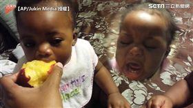兩個萌娃搶食蜜桃 吃不到飆淚大哭
