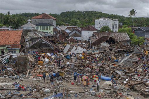 印尼「喀拉喀托之子」(Anak Krakatau)火山活動前後雷達圖。(圖/美聯社/達志影像)