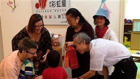 連結8371公里的愛 出養童從瑞典回台灣4歲的偉偉(中)26日由收養他的瑞典爸媽(左方)陪同,在屏東家扶中心與台灣的寄養父母蔡振興、杜淑蕙(右方,後戴帽者為翻譯)見面,兩個家庭既興奮又感動。(屏東家扶中心提供)中央社記者郭芷瑄傳真 107年12月27日
