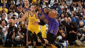 Stephen Curry與LeBron James。(圖/翻攝自NBA官方推特)