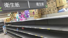 衛生紙搶購潮 賣場幾乎被掃空(2)國際紙漿價格續漲,國內家用紙品業者因成本壓力喊漲,引發民眾搶購衛生紙。北市一家賣場25日晚間貨架上的衛生紙已被搶購一空。中央社記者蘇聖斌攝 107年2月25日