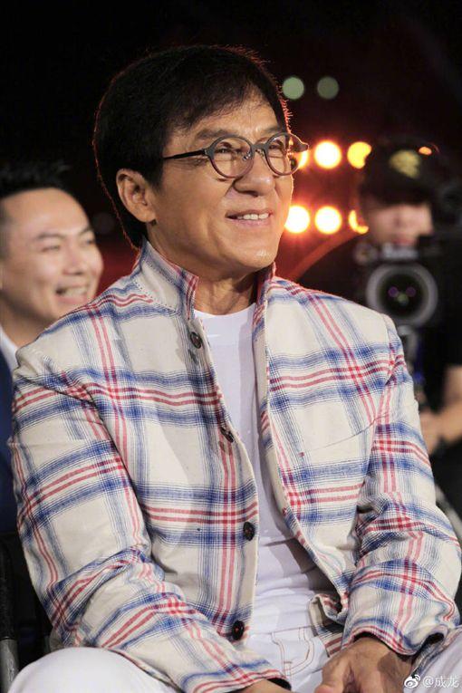 成龍出新專輯送了首歌給老婆,表示愛要及時。(圖/翻攝自微博)