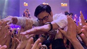 合體滅火器!陳其邁「人體衝浪」 玩到解釦嗨翻 (圖/翻攝自陳其邁Instagram)