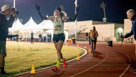 ▲赫倫締造24小時跑步最長距離的世界紀錄。(圖/翻攝自BBC官網)