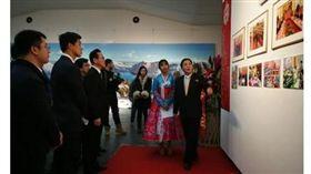北韓(朝鮮)昨(28)日在北京舉辦領導人金正恩的圖片展,大陸官媒環球網今天在報導中表示,這是中國和北韓關係「迅速轉暖的強烈訊號」。(圖/翻攝自環球網)