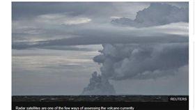 印尼喀拉喀托之子(Anak Krakatau)火山在一系列爆發及山體滑坡後,縮小到原先體積的1/3,其中側面塌陷在一週前引發海嘯,造成400多人死亡,數千人受傷。(圖/翻攝自BBC)