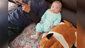 孩子要怎麼養才不會太瘦或太胖呢?一名女網友表示,她的寶寶3個月大就8公斤,結果被周遭朋友說「養太胖了」。對此,原po有點擔心,拍下寶寶的照片詢問廣大網友,沒想到卻意外釣出一堆可愛的巨嬰!(圖/翻攝自爆怨公社)