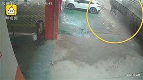 中國大陸,大貨車鋼板砸死男騎士(圖/翻攝自梨視頻)