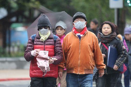 天氣濕冷氣溫低 民眾穿上冬衣禦寒(2)中央氣象局表示,30日各地氣溫仍低,台南以北及東北部觀測低溫約12至14度,其他約15、16度。圖為台北民眾穿上厚重的衣服禦寒。中央社記者徐肇昌攝 107年12月30日