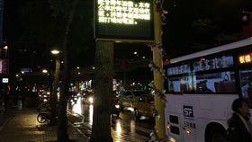 跨年配合民眾 新北公車延後收班為配合跨年活動散場民眾夜歸需求,新北市啟動公車輸運接駁措施,與捷運站銜接的公車路線延後至次日凌晨1時發末班車,並視人潮狀況全部輸運完成再收班。(交通局提供)中央社記者王鴻國傳真 107年12月30日
