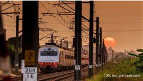 火紅夕陽掉在鐵軌上 李翊誠提供