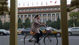 19大議程已3天不開放(2)中共19大專題中國共產黨第19次全國代表大會22日進入第5天,討論並預選「兩委」議程不開放採訪。自20日起已連續3天議程不開放媒體拍攝,圖為人民大會堂外觀。中央社記者吳家昇北京攝 106年10月22日