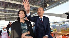 韓國瑜搭船就職(1)新任高雄市長韓國瑜(右)25日偕妻子李佳芬(左)搭乘「愛之船」到愛河畔就職典禮現場。(高市新聞局提供)中央社記者程啟峰傳真  107年12月25日