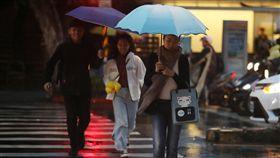 北部東北部濕涼降溫(2)中央氣象局表示,受東北季風及對流雲系發展旺盛影響,23日基隆北海岸、東半部(含綠島、蘭嶼)及大台北山區可能有局部大雨,提醒民眾外出記得攜帶雨具。中央社記者張新偉攝 107年12月23日