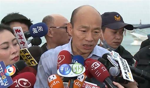 韓國瑜與妻子李佳芬31日傍晚前往高雄西子灣陪高雄一起送走2018最後一抹夕陽。臉書