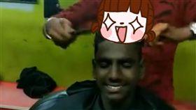 印度,理髮,燙髮,新年,理髮師,梳子,點火,頭上, 圖/翻攝自liveleak https://goo.gl/iUWfRq