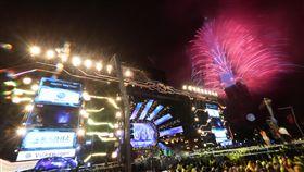 台北跨年晚會 101煙火迎新年(2)2019台北最High新年城跨年晚會迎向最高潮,結束倒數的瞬間,一旁台北101大樓也施放絢麗煙火秀,與民眾一同迎接嶄新燦爛的年度。中央社記者吳家昇攝 108年1月1日