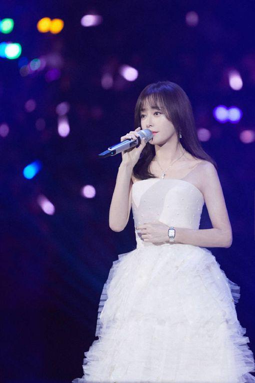 秦嵐受邀為湖南衛視跨年高歌一曲《雪落下來的聲音》。(圖/翻攝自微博)
