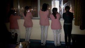 護理師站在窗邊看煙火/爆廢公社