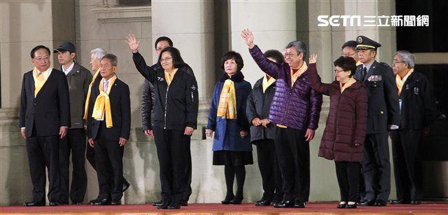 蔡英文總統穿著空軍夾克、陳建仁副總統伉儷出席中華民國108年元旦升旗典禮。(記者邱榮吉/攝影)