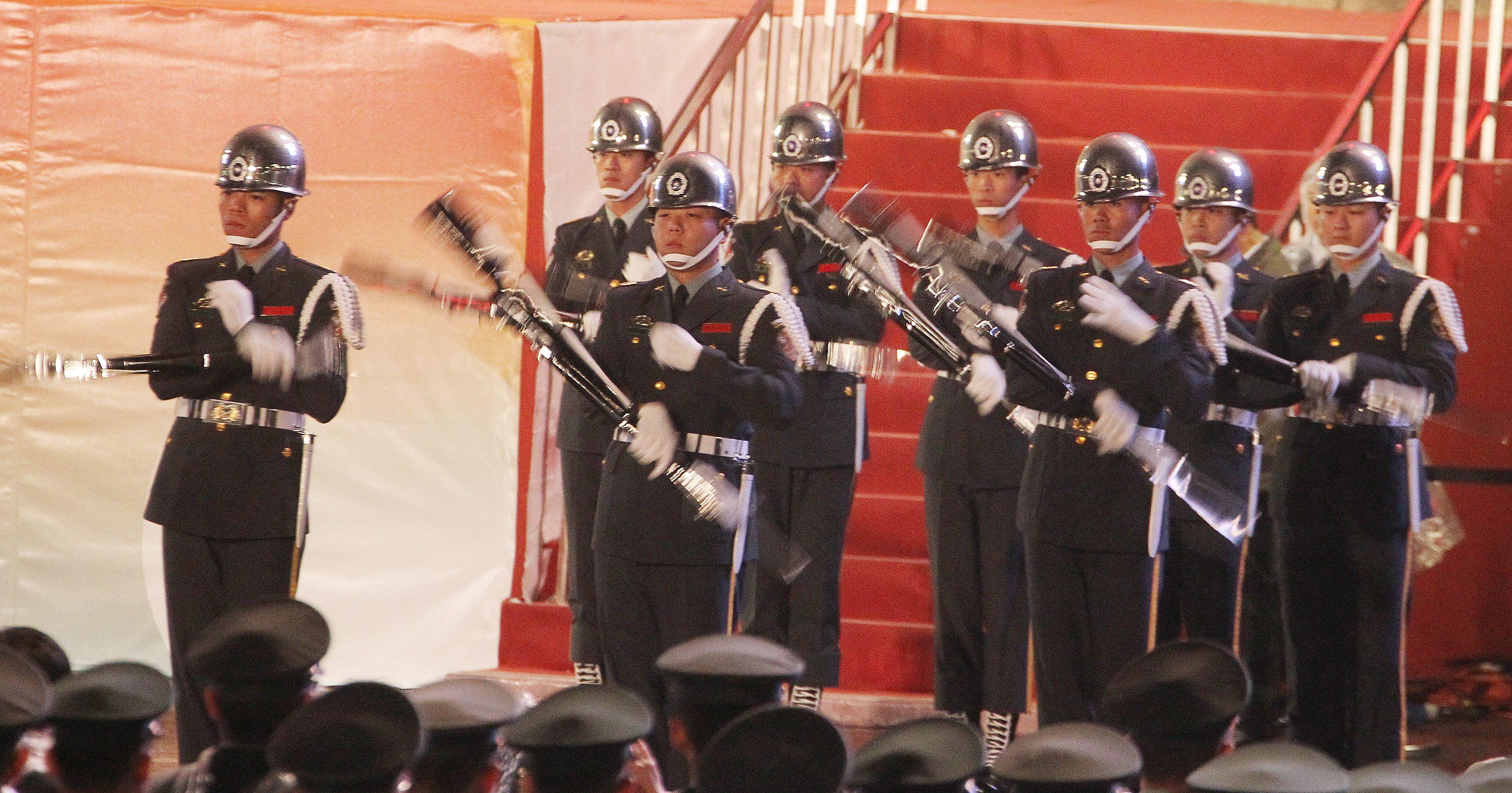 中華民國108年元旦升旗典禮三軍樂儀隊表演操槍。(記者邱榮吉/攝影)