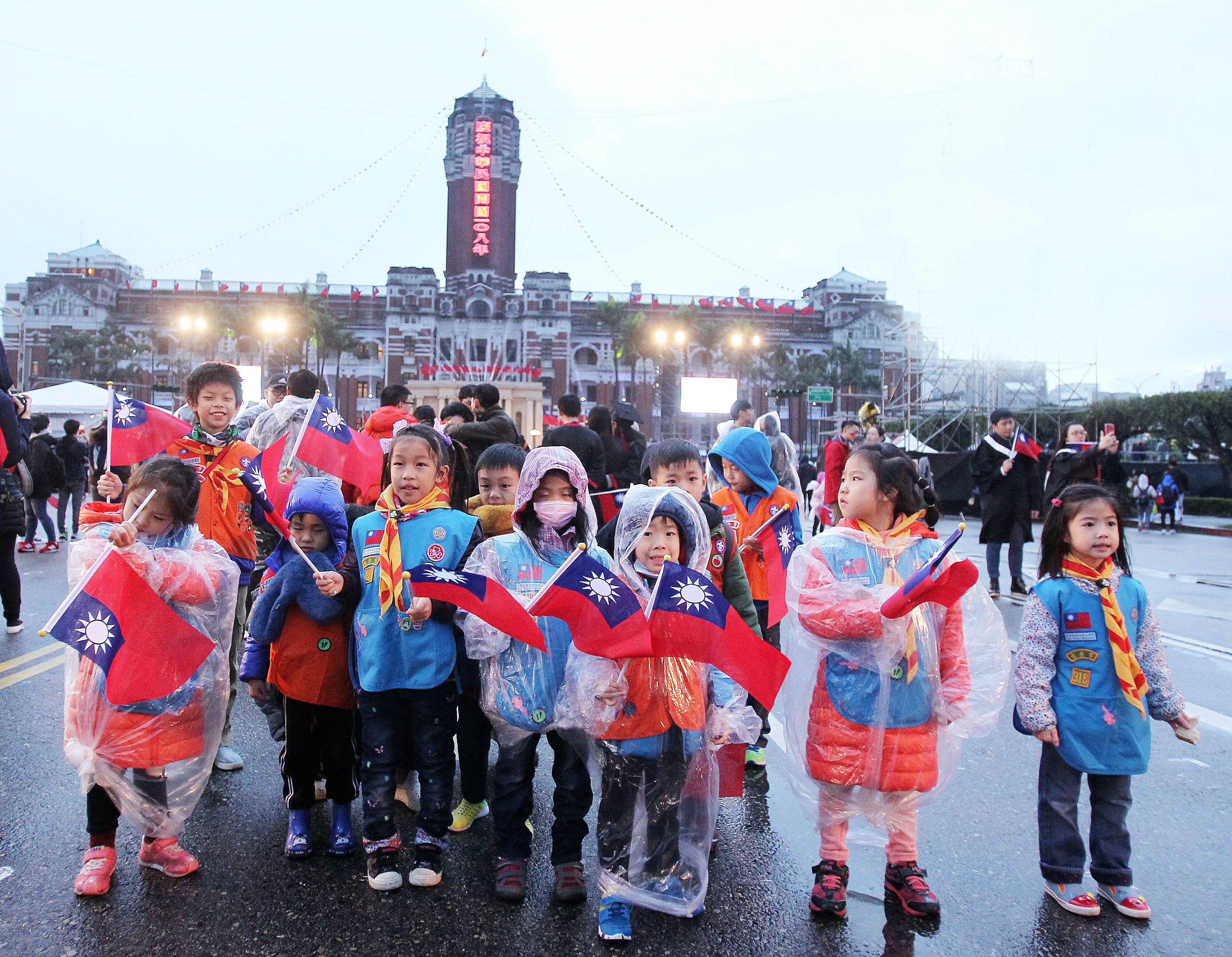 各校學生打扮不同造型參加中華民國108年元旦升旗典禮。(記者邱榮吉/攝影)